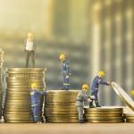 Je výhodnější spořit pravidelně, nebo vkládat peníze jednou ročně?
